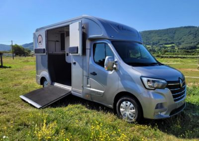 DISPONIBLE – NEUF – Camion chevaux – 5 Places assises – RENAULT MASTER III DCI 165