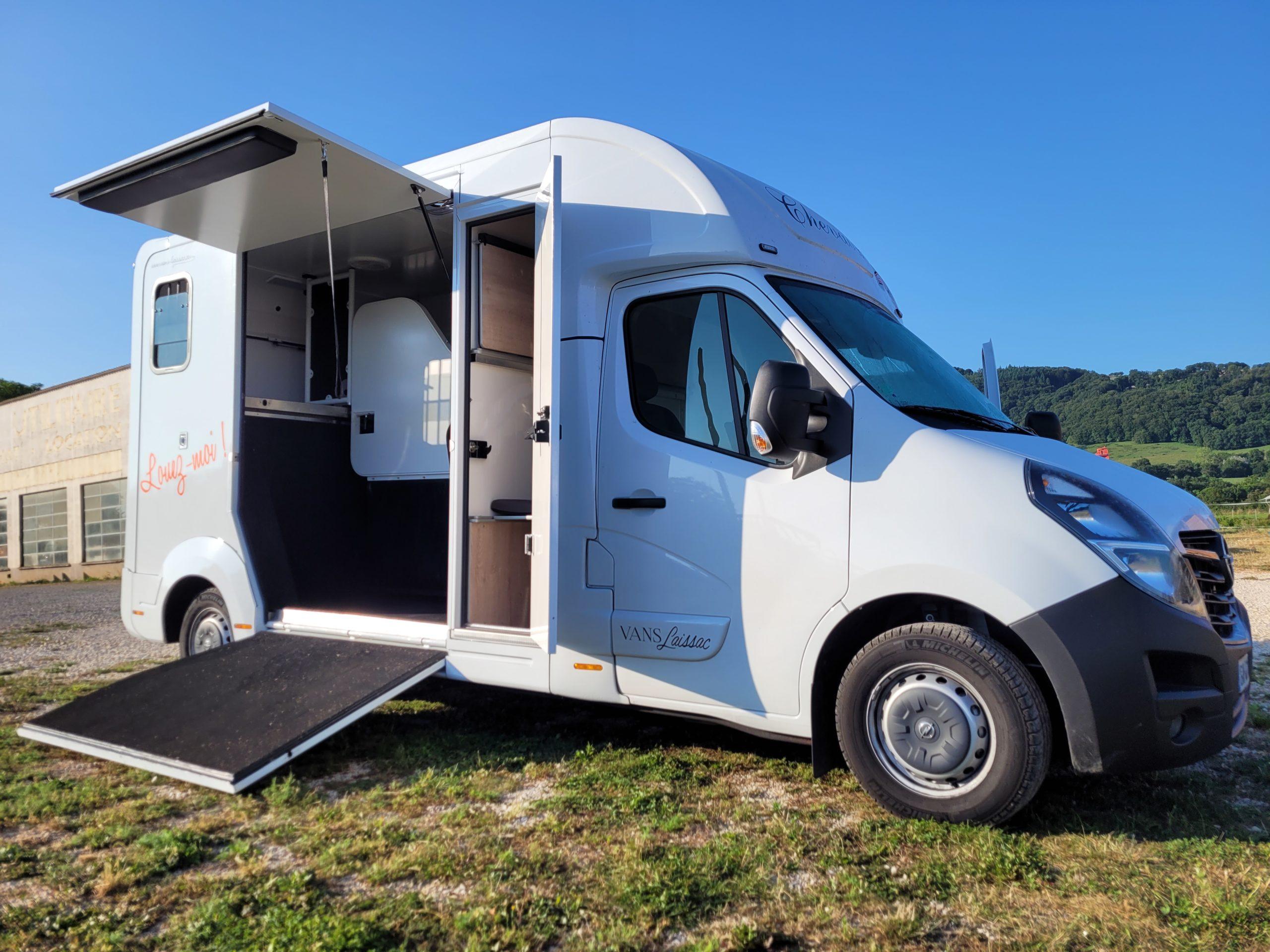 Ce camion chevaux avec home car de Vans Laissac Utilitaires avec cabine approfondie équipée home car